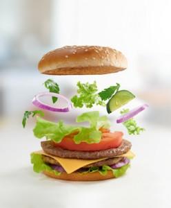Hamburger auf Holzkohle grillen