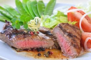 Ein Steak beim Holzkohlegrillen