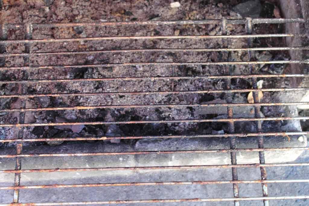 Aobosi Rauchfreier Holzkohlegrill : Grillrost säubern. eine schöne arbeit ;