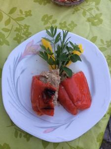 Gefüllte Paprika auf dem Holzkohlegrill
